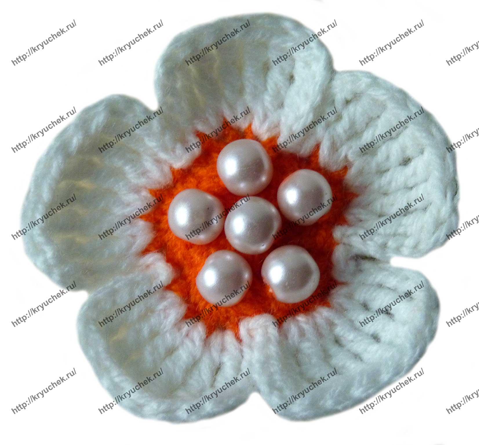 Пример связанного крючком простого цветочка, декорированного бусинками