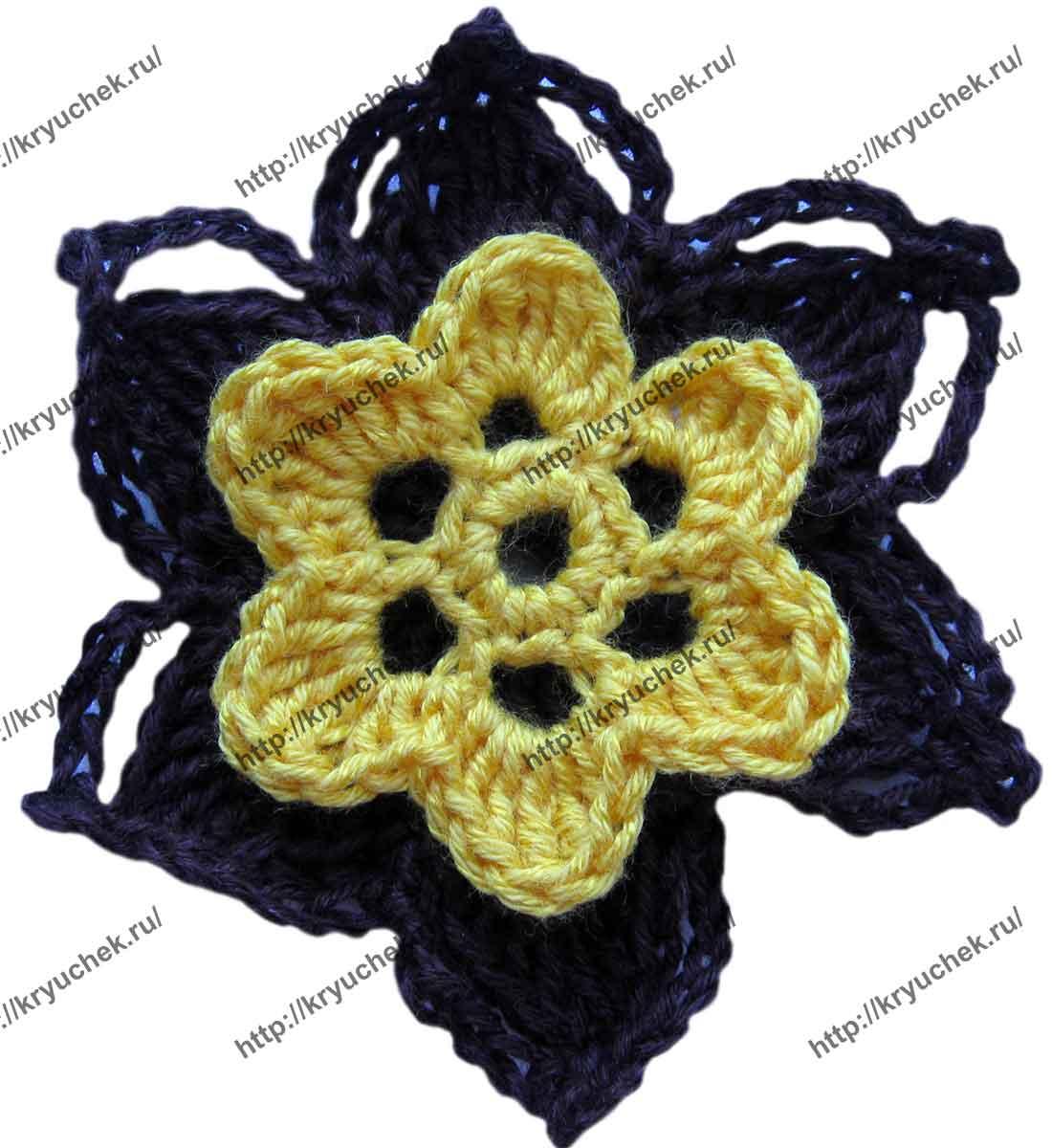 Пример связанной крючком сине-желтого цветка