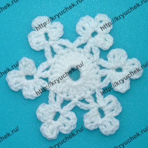 Пример связанного крючком новогоднего мотива пышная Снежинка