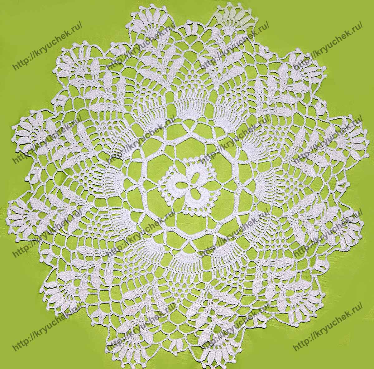 Пример связанной крючком салфетки с цветочными мотивами (общий план)