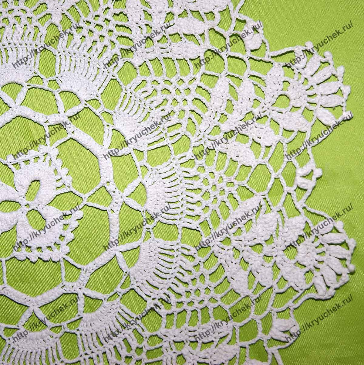 Пример связанной крючком салфетки с цветочными мотивами (крупный план)