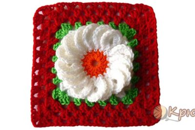 Квадратный мотив с объемным цветком, связанный крючком.