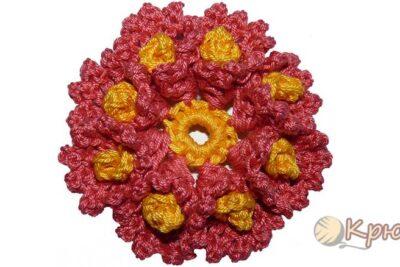 Цветок с завитками в лепестках, связанный крючком