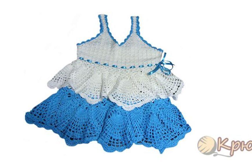 Бело-голубое платье, связанное крючком