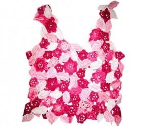 Связанная крючком розовая кофточка в цветах