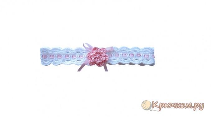 белая повязка с розовым цветком крючком