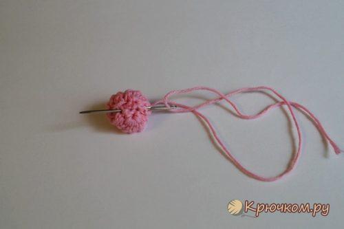 Маленькая розочка с листиком крючком