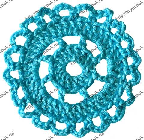 Пример связанного крючком простого круглого мотива из голубых ниток