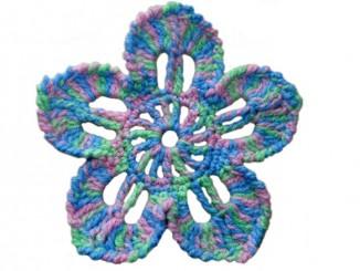 Плоский цветок крючком