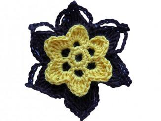 Вязание крючком объемного сине-желтого цветка